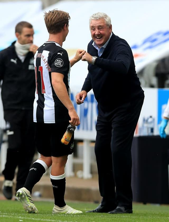 Newcastle United manager Steve Bruce with goalscorer Matt Ritchie during the Premier League match at St James' Park, Newcastle.