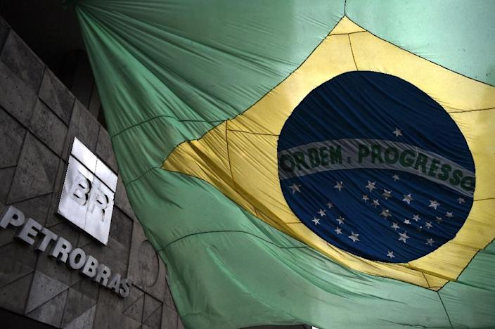 The Brazilian national flag flutters at the front of the headquarters of state oil giant Petrobras, in Rio de Janeiro, Brazil on March 13, 2015 (AFP Photo/Vanderlei Almeida)