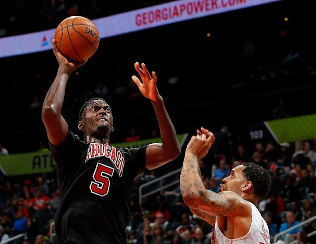 Chicago Bulls Bobby Portis (L) will be able to continue practicing with the team while serving his eight-game suspension after punching and injuring a teammate (AFP Photo/Kevin C. Cox)