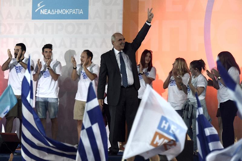 Vangelis Meimarakis, temporary leader of the New Democracy conservatives and a former defence minister, greets his supporters during the party's main pre-election rally in central Athens on September 17, 2015 (AFP Photo/Aris Messinis)