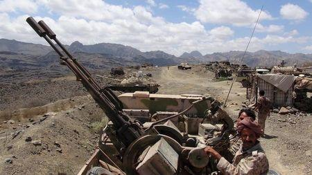 Southern People's Resistance militants loyal to Yemen's President Abd-Rabbu Mansour Hadi man an anti-aircraft machine gun the militia seized from the army in al-Habilin of Yemen's southern province of Lahej March 22, 2015. REUTERS/Nabeel Quaiti