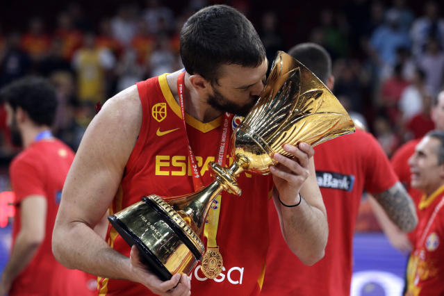 Marc Gasol besa el trofeo (AP Photo/Mark Schiefelbein)