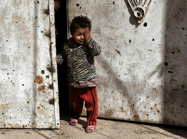 A child cries as Iraqi forces battle Islamic State (IS) fighters for control of West Mosul, on March 7, 2017