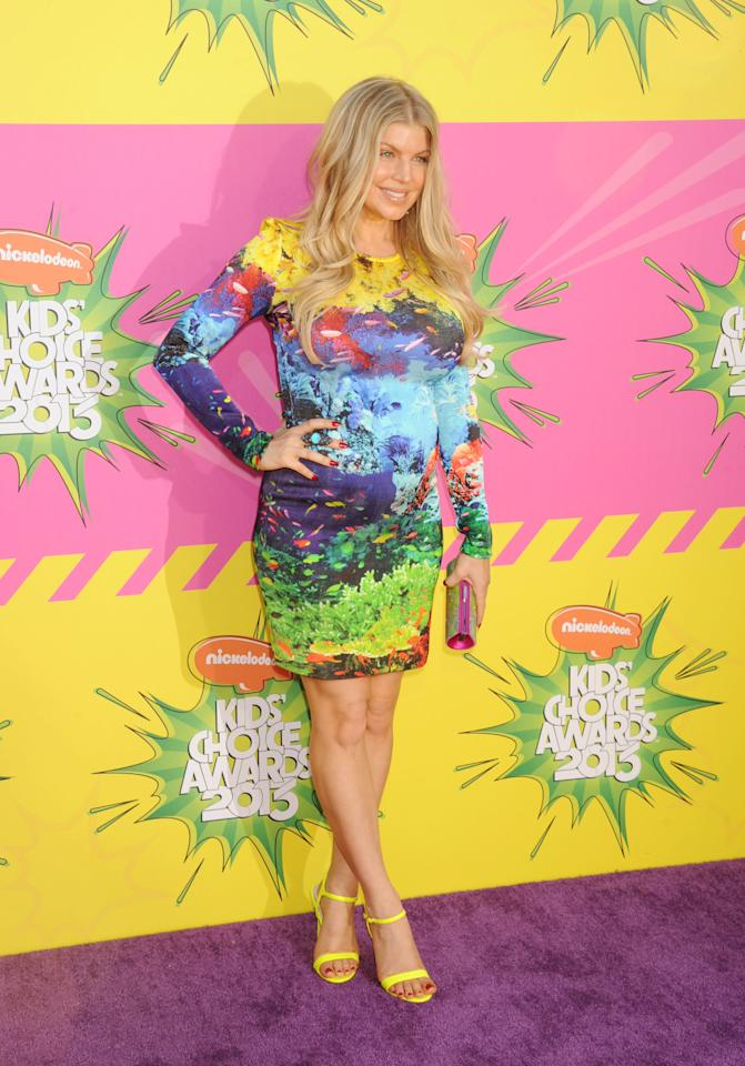 Fergie enters the purple carpet with a splash of colors. An artist like herself knows how to wear art. She lets her locks down and keeps her makeup to a minimum. She lets the dress take center stage.