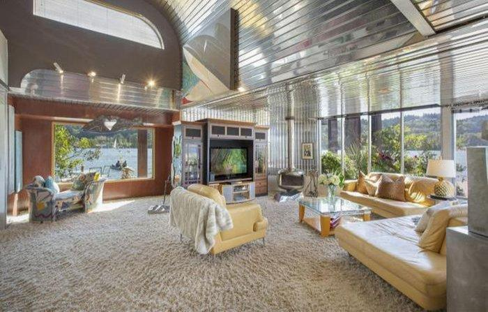 The inside of the Aqua Star Floating House is similarly shiny and retro.