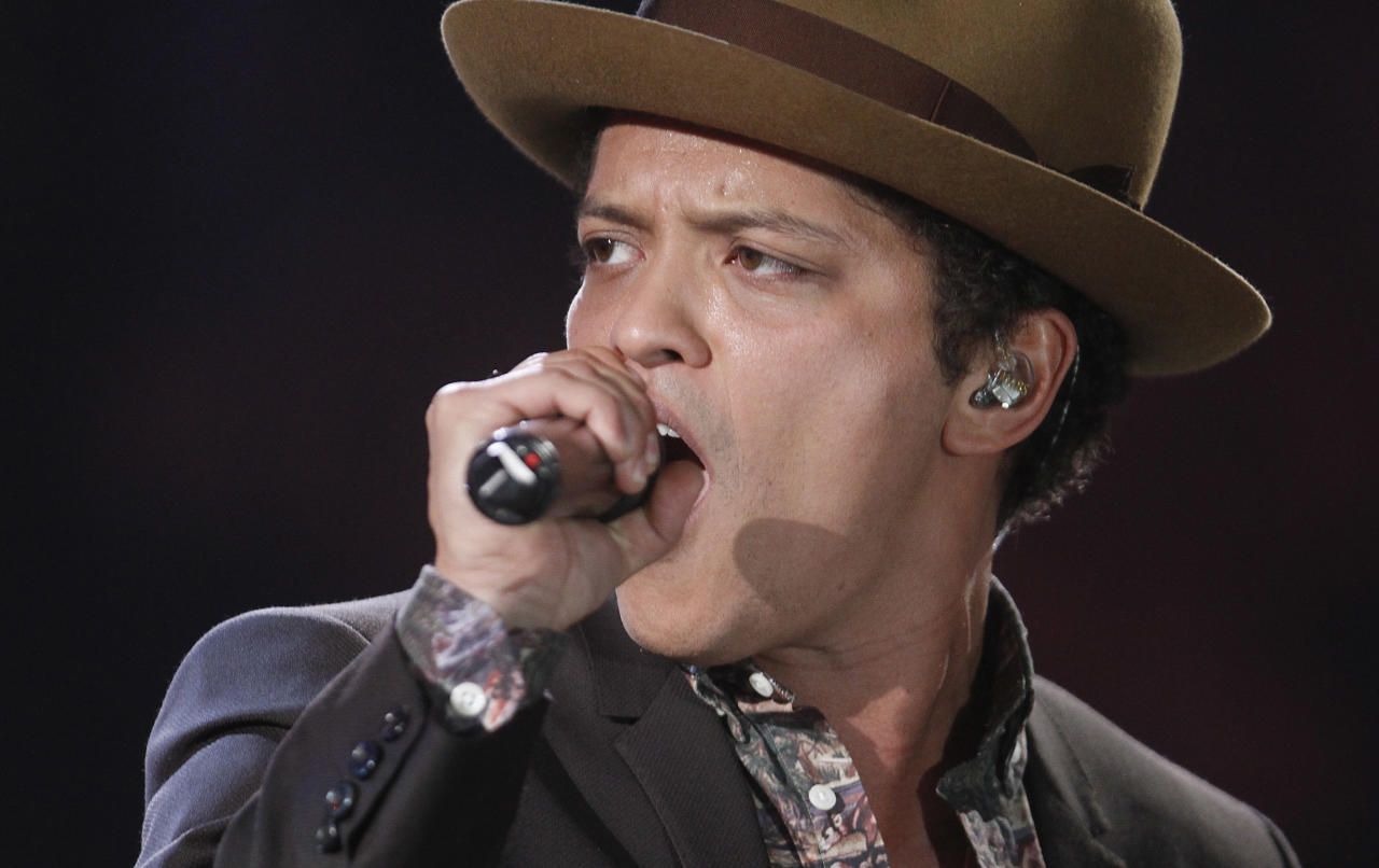 Singer Bruno Mars performs during the Victoria's Secret Fashion Show in New York November 7, 2012. REUTERS/Carlo Allegri (UNITED STATES - Tags: ENTERTAINMENT FASHION)