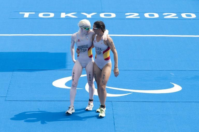 Spain's Susana Rodriguez (L) and her guide Sara Loehr compete in the women's triathlon at the Tokyo Paralympics (AFP/Charly TRIBALLEAU)