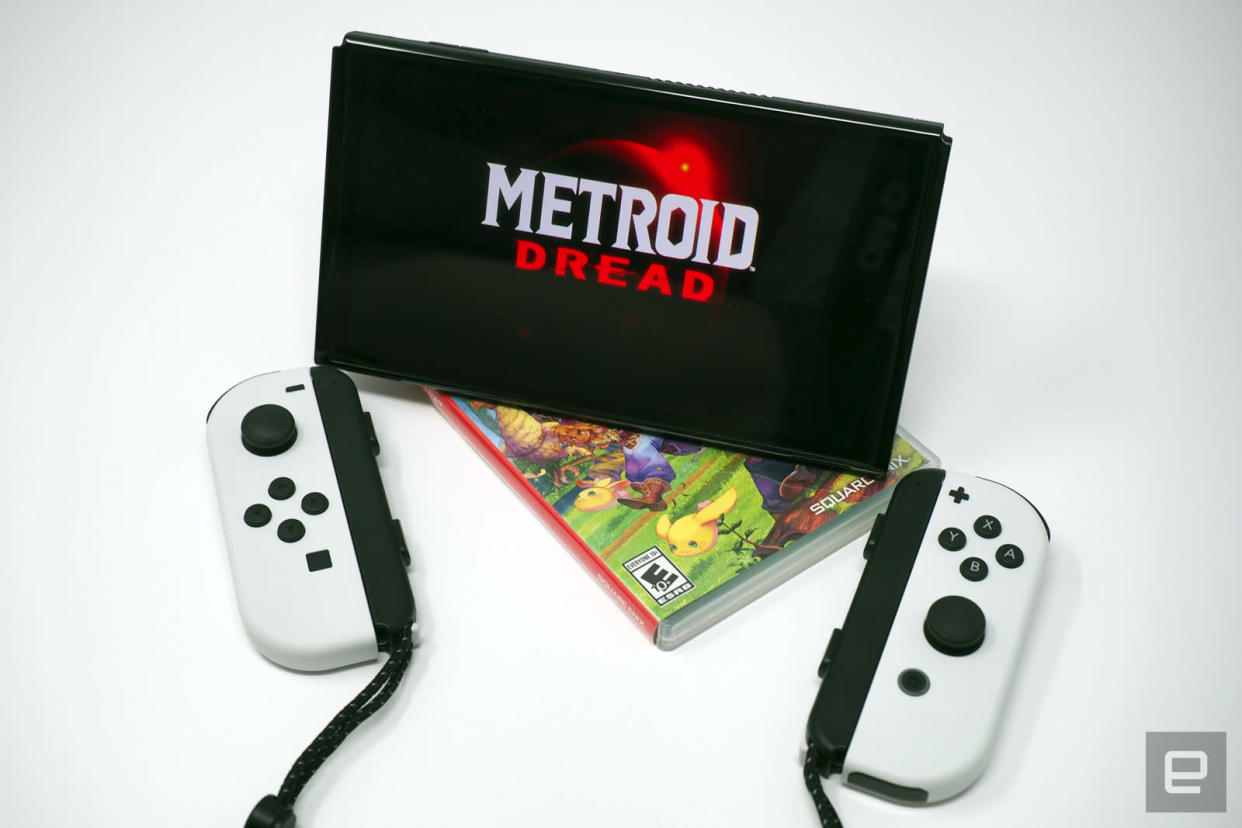 Metroid Dread on screen, Joy-Cons in front
