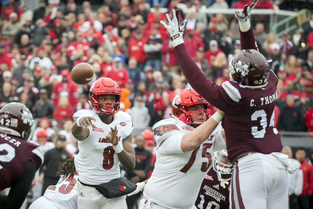 "Louisville quarterback <a class=""link rapid-noclick-resp"" href=""/ncaaf/players/254458/"" data-ylk=""slk:Lamar Jackson"">Lamar Jackson</a> (8) throws a touch down pass to tight end Charles Standberry during the first half of the TaxSlayer Bowl NCAA college football game against Mississippi State, Saturday, Dec. 30, 2017, in Jacksonville, Fla. (AP Photo/Stephen B. Morton)"