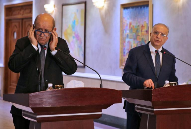 Iraqi Foreign Minister Mohammed Ali al-Hakim (R) and his French counterpart Jean-Yves Le Drian give a press conference in Baghdad on October 17, 2019 (AFP Photo/SABAH ARAR)