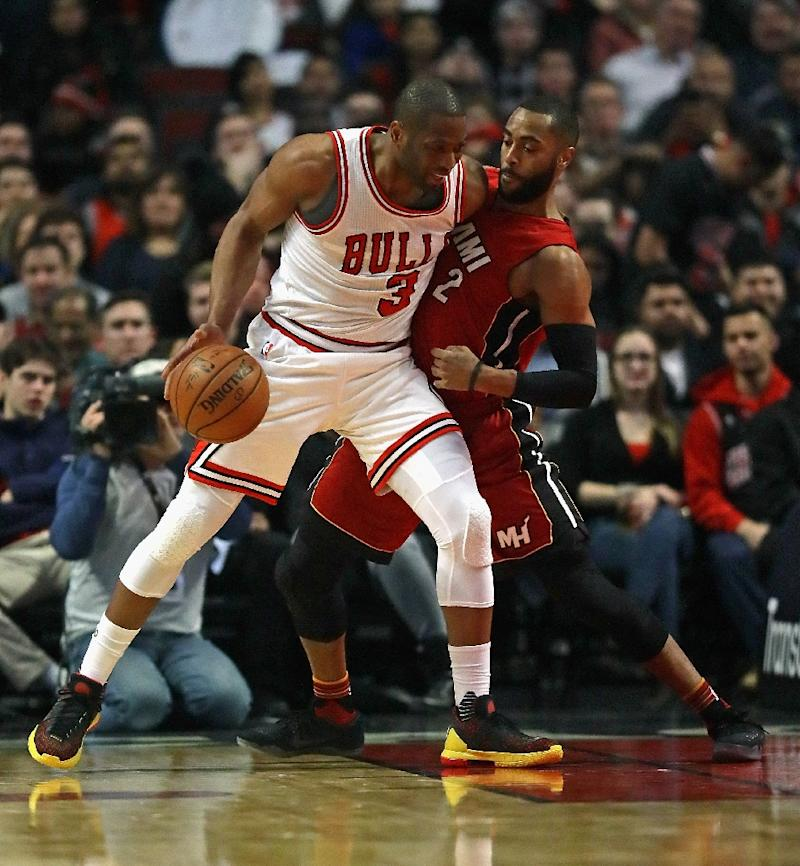 Dwyane Wade #3 of the Chicago Bulls moves against Wayne Ellington #2 of the Miami Heat at the United Center on January 27, 2017 in Chicago, Illinois