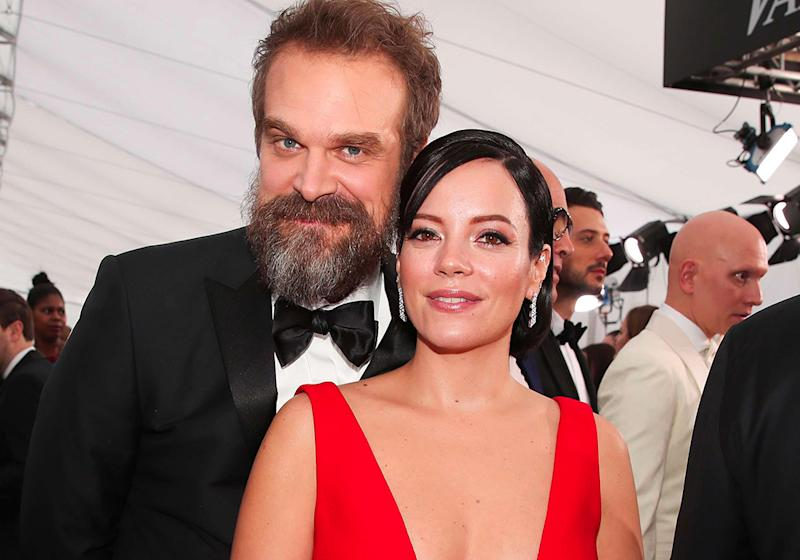Lily Allen et David Harbour de Stranger Things : le couple s'affiche amoureux aux SAG Awards