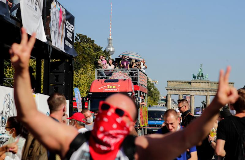 """Love World Peace Parade"" in Berlin am Sonntag (Bild: Reuters/Hannibal Hanschke)"