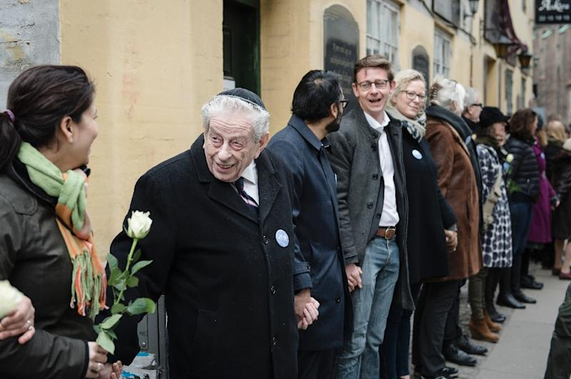 People form a ring of peace around the Jewish synagogue in Copenhagen on March 14, 2015 to symbolize unity in the fight against terrorism and in memory of Dan Uzan, who was shot dead in front of the synagogue (AFP Photo/Simon Skipper)