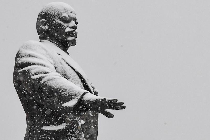 A view of a monument to the Soviet Union founder Vladimir Lenin during a snowfall in the town of Oryol on February 6, 2019. (Photo: Mladen ANTONOV / AFP)