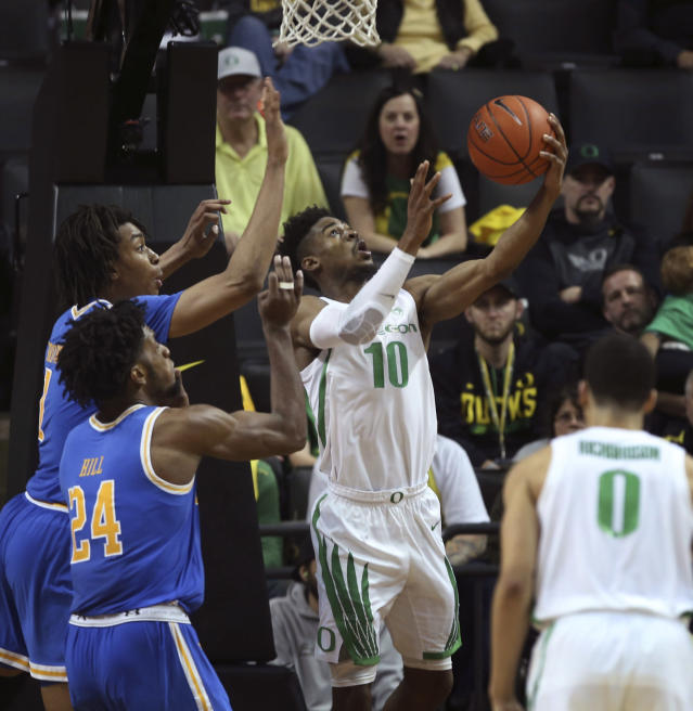 Oregon's Victor Bailey, right, goes up for a reverse layup against UCLA's Moses Brown, left, and Jalen Hill during overtime of an NCAA college basketball game Thursday, Jan 10, 2019, in Eugene, Ore. (AP photo/Chris Pietsch)