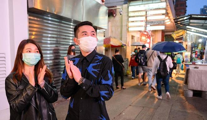 Hongkongers on the street applaud the efforts of frontline medical workers. Photo: Hong Kong Community Foundation
