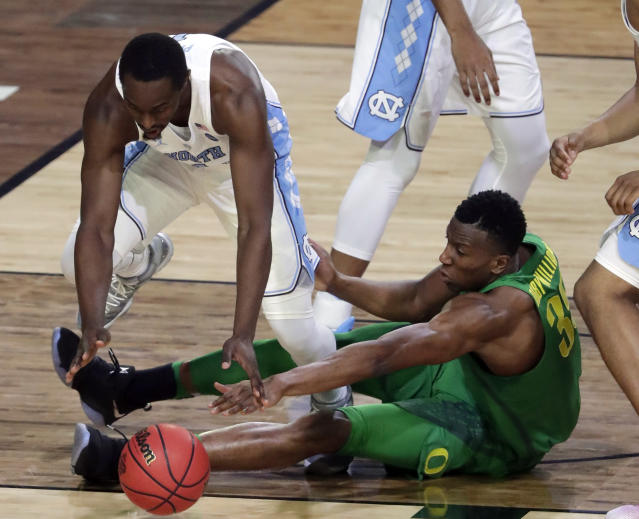 """UNC's <a class=""""link rapid-noclick-resp"""" href=""""/ncaab/players/126177/"""" data-ylk=""""slk:Theo Pinson"""">Theo Pinson</a> (L) and Oregon's Kavell Bigby-Williams battle for a loose ball. (AP)"""