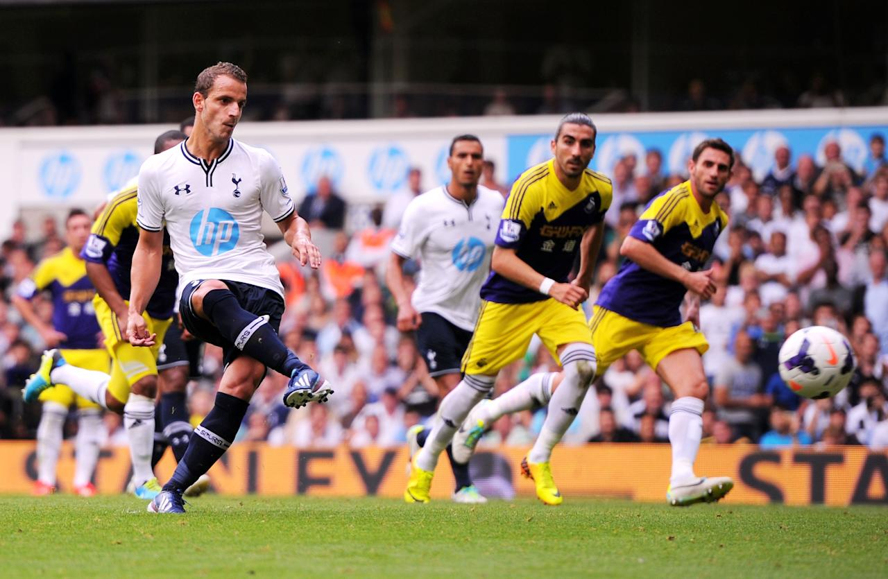 LONDON, ENGLAND - AUGUST 25: Roberto Soldado of Spurs scores the opening goal from the penalty spot during the Barclays Premier League match between Tottenham Hotspur and Swansea City at White Hart Lane on August 25, 2013 in London, England. (Photo by Michael Regan/Getty Images)