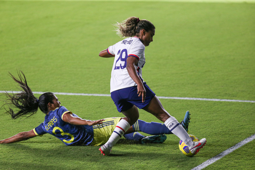 Catarina Macario (29) of the United States avoids the tackle of Columbia's Daniela Arias on Jan. 22, 2021, in Orlando, Fla.