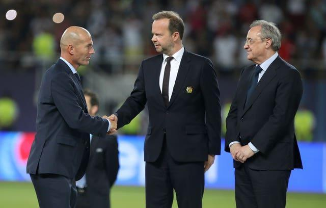 Real Madrid manager Zinedine Zidane shakes hands with Manchester United vice-chairman Ed Woodward and Read Madrid president Florentino Perez