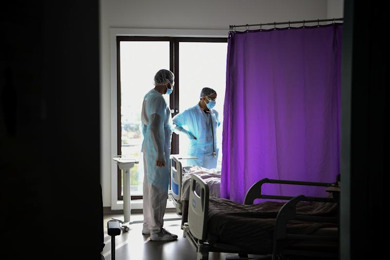 Un doctor habla con un paciente infectado en el hospital de Gonesse, en París (Photo by CHRISTOPHE ARCHAMBAULT/AFP via Getty Images)