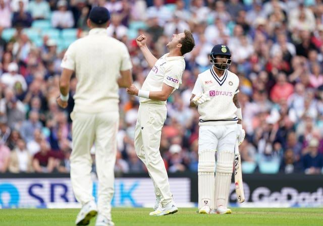 Ollie Robinson, centre, celebrates the wicket of KL Rahul