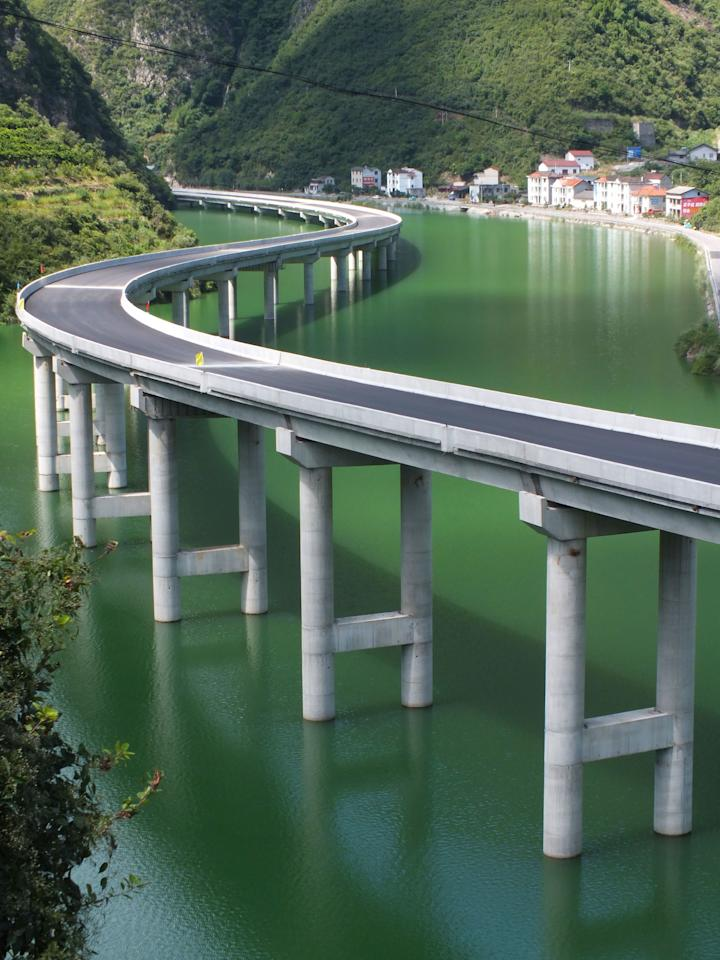"Built over a river in Xingshan, China, the <strong>S312 expressway</strong> was designed to avoid damaging the naturally beauty of the surrounding mountains.""/><figcaption>جاده ای که دور طبیعت می پیجد در ایالت جینگ شان چین <br><br><br></figcaption></figure>    <figure class="