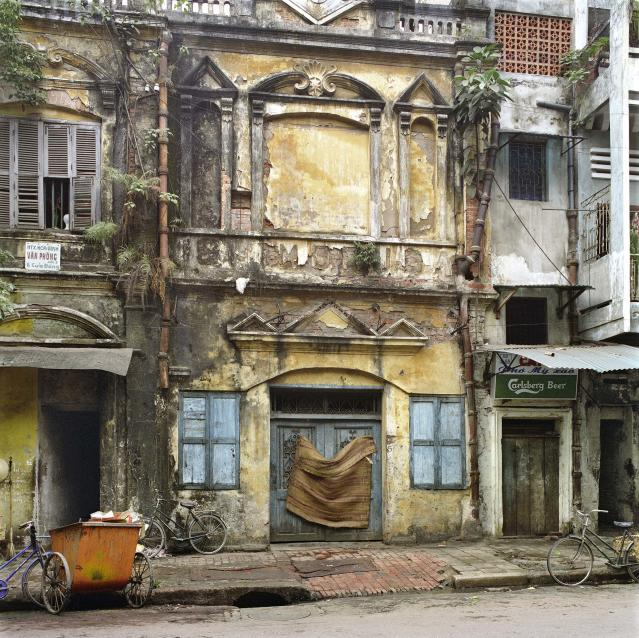 "<p>54 Hàng Ga (Chicken Street), 1994. (© William E. Crawford from the book ""Hanoi Streets 1985-2015: In the Years of Forgetting"") </p>"