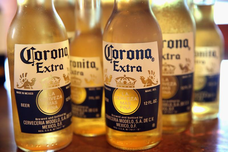 Botellas de cerveza Corona (Ilustración fotográfica de Scott Olson / Getty Images).
