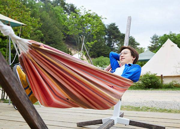 ▲ Enjoying a breeze from the forest in the hammock. Enjoy reading during the day and gazing at stars in the night