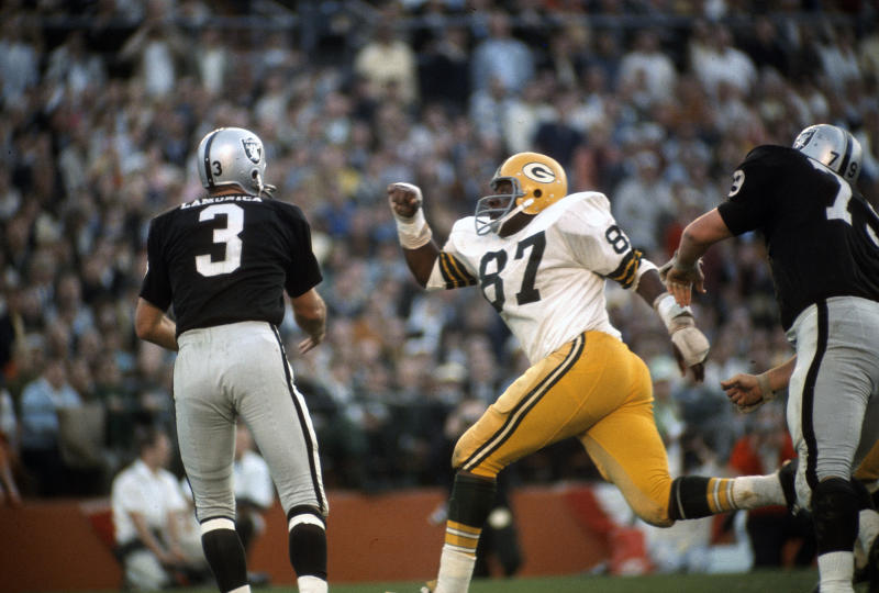 Willie Davis (87) pressures Raiders quarterback Daryle Lamonica during Super Bowl II. (Photo by Focus on Sport/Getty Images)