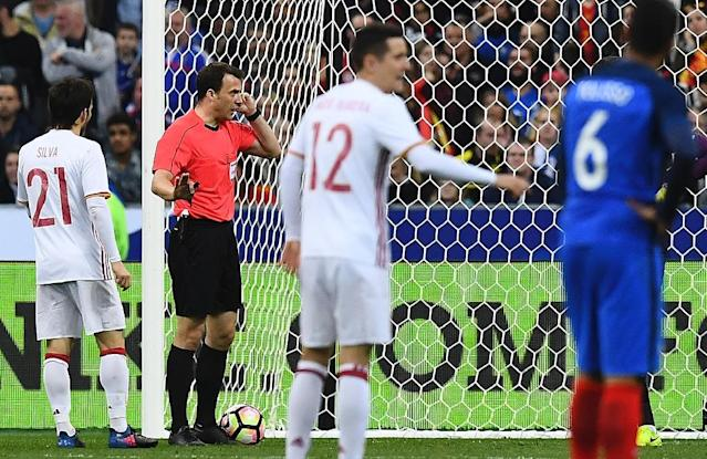 Referee Felix Zwayer (2L) validates a goal after video review during the friendly football match between France and Spain on March 28, 2017 at the Stade de France stadium in Saint-Denis, north of Paris (AFP Photo/FRANCK FIFE)