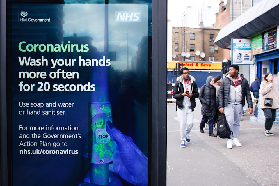El Servicio Nacional de Salud británico se enfrenta a un difícil escenario con el coronavirus. (Photo by David Cliff/NurPhoto via Getty Images)