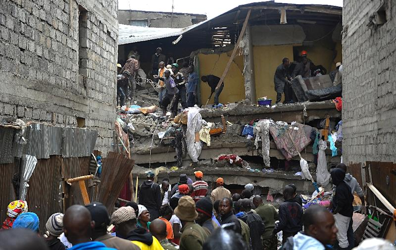 Rescue workers on April 30, 2016 look for survivors after the building collapse in Nairobi (AFP Photo/Simon Maina)