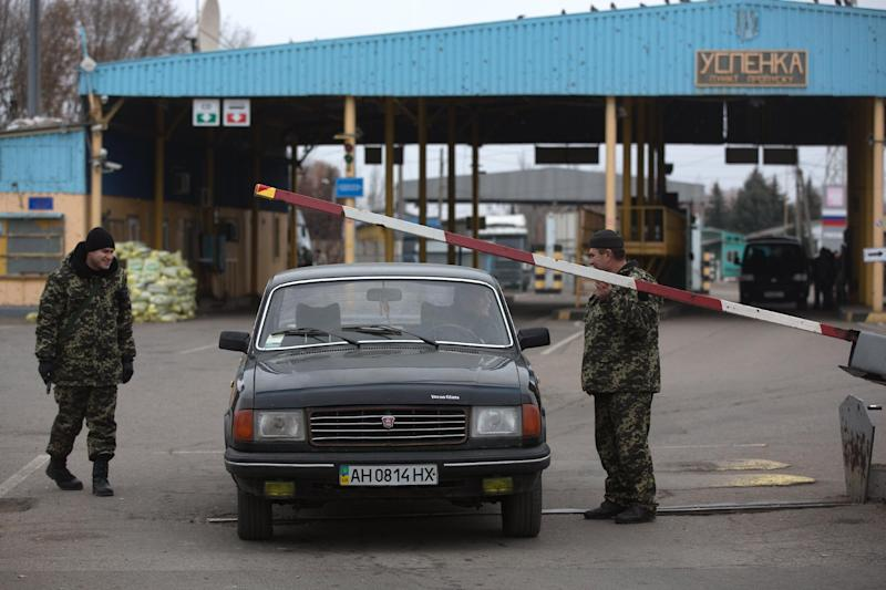 Border guards of the self-declared Donetsk People's Republic operate the border crossing from East Ukraine into Russia at Uspenka, on November 15 2014 (AFP Photo/Menahem Kahana)