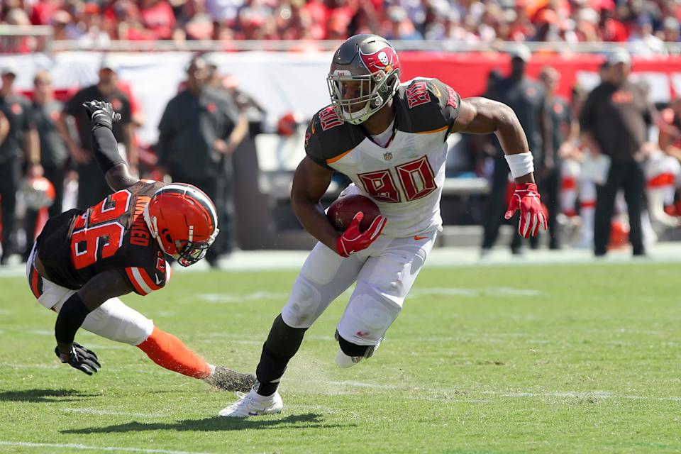 TAMPA, FL - OCT 21: O. J. Howard (80) of the Bucs puts a move on Derrick Kindred (26) of the Browns during the regular season game between the Cleveland Browns and the Tampa Bay Buccaneers on October 21, 2018 at Raymond James Stadium in Tampa, Florida. (Photo by Cliff Welch/Icon Sportswire via Getty Images)