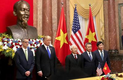 From left to right: Dave Shirk, president, Sabre Travel Solutions; Donald Trump, president of the United States of America; Nguyen Phu Trong, president of the Socialist Republic of Vietnam, general secretary of the Communist Party of Vietnam; Duong Tri Thanh, president and CEO, Vietnam Airlines; Trinh Hong Quang, executive vice president, CIO, Vietnam Airlines
