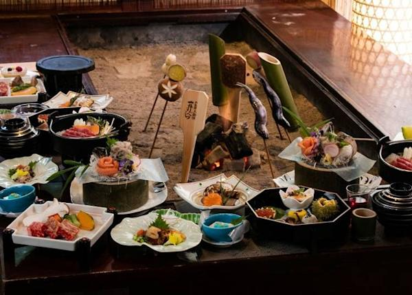 Try the ryokan's charcoal-grilled irori full course meal for dinner!