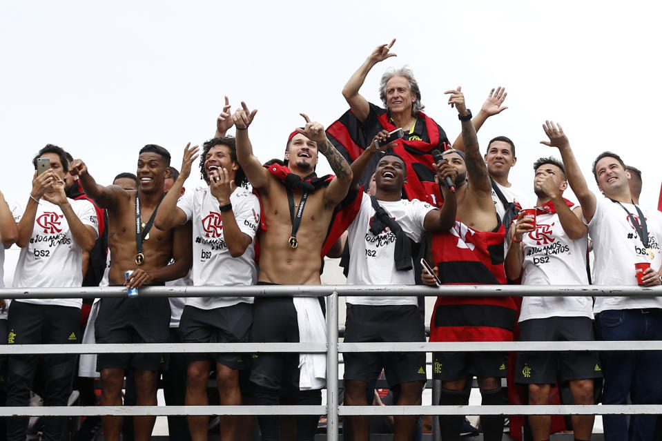 RIO DE JANEIRO, BRAZIL - NOVEMBER 24: Jorge Jesus head coach of Flamengo waves to fans with his players during the celebrations the day after Flamengo won the Copa CONMEBOL Libertadores on November 24, 2019 in Rio de Janeiro, Brazil. (Photo by Wagner Meier/Getty Images)
