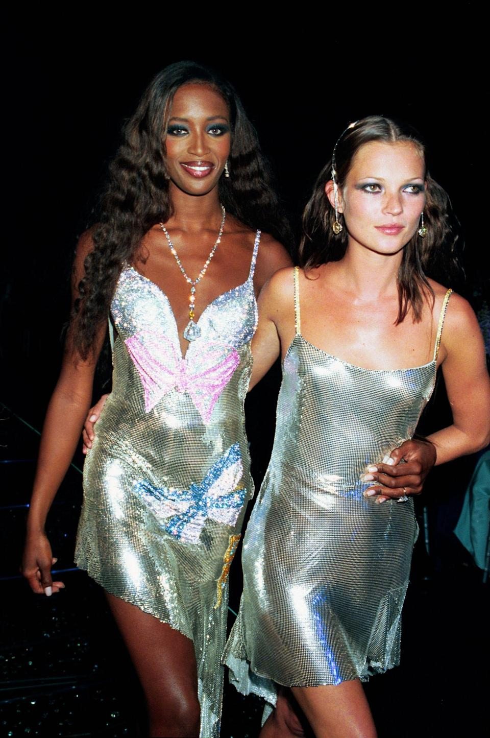 <p>Kate and Naomi <span>wear matching silver l</span>amé for the Syon House Fashion Show, 1999</p>