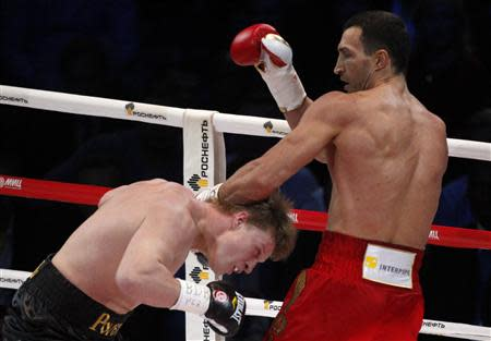 World heavyweight champion Vladimir Klitschko (R) of Ukraine punches challenger Alexander Povetkin of Russia during their heavyweight title fight in Moscow October 5, 2013. REUTERS/Maxim Shemetov