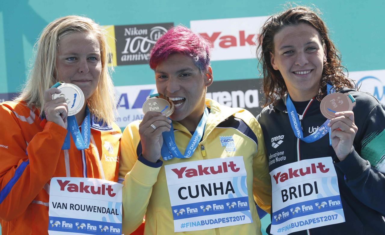 Open Water Swimming – 17th FINA World Aquatics Championships – Women's 25km awarding ceremony – Balatonfured, Hungary – July 21, 2017 – (L-R) Sharon van Rouwendaal (silver) of the Netherlands, Ana Marcela Cunha (gold) of Brasil and Arianna Bridi (bronze) of Italy pose with the medals. REUTERS/Laszlo Balogh