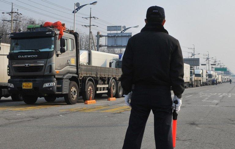 Trucks arriving from South Korea wait at a military checkpoint near the border with North Korea in Paju on April 4, 2013. North Korea blocked access to its joint industrial zone with South Korea for a second consecutive day on Thursday, an AFP journalist near Paju said