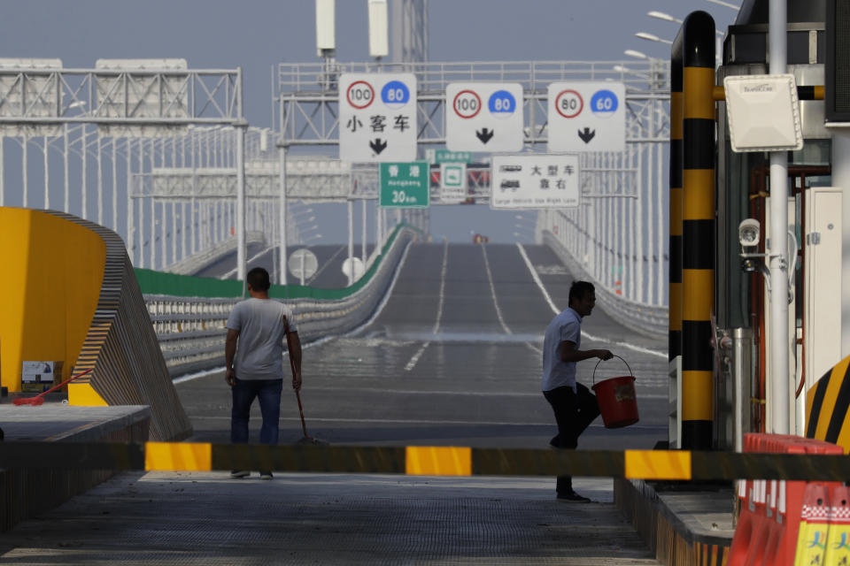 <p>The main section includes 23 kilometers of bridges, 6.7 kilometers of tunnels, and two artificial islands. (AP Photo/Kin Cheung) </p>