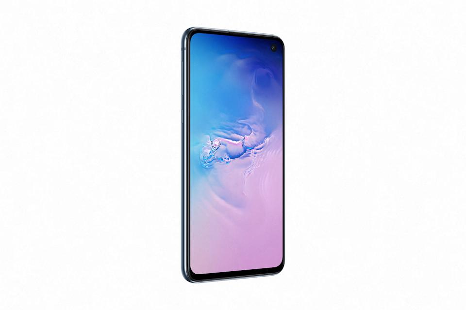 The Galaxy S10e packs the power of Samsung's Galaxy S10 flagship at a lower price. (Image: Samsung)