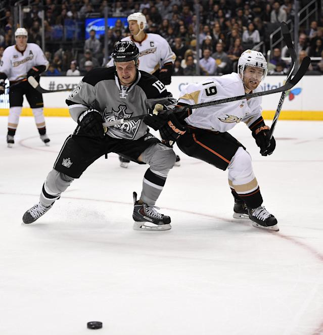 Los Angeles Kings left wing Kyle Clifford, left, and Anaheim Ducks defenseman Stephane Robidas vie for the puck during the second period of an NHL hockey game, Saturday, April 12, 2014, in Los Angeles. (AP Photo/Mark J. Terrill)
