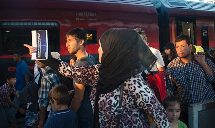 Migrants rush on the platform to make their German connection train after arriving from Budapest at Vienna's Westbahnhof railway station on August 31, 2015 (AFP Photo/Joe Klamar)