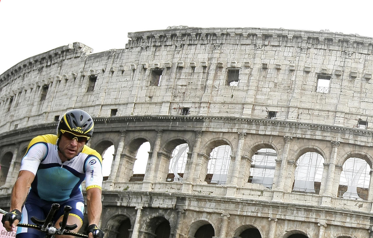 Astana rider Lance Armstrong of the U.S. crosses the finish line past the Colosseum at the end of the last stage of the Giro d'Italia in Rome,  May 31, 2009.  REUTERS/Stefano Rellandini