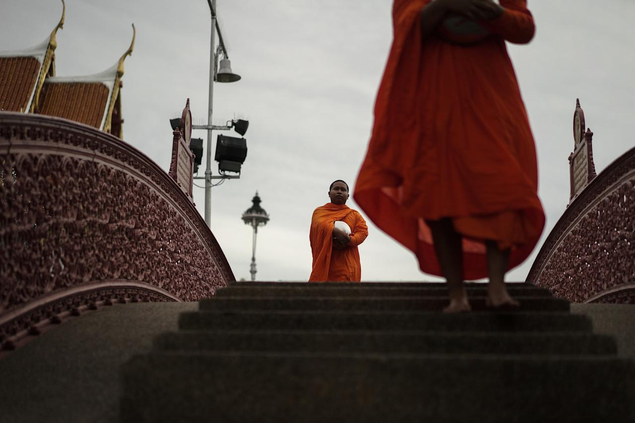 Buddhist monks walk for alms offerings at Wat Benchamabophit (Marble Temple) in Bangkok, Thailand August 24, 2017. REUTERS/Athit Perawongmetha  TPX IMAGES OF THE DAY